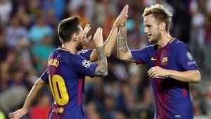 Ivan Rakitic saluda a Messi tras uno de los goles azulgranas