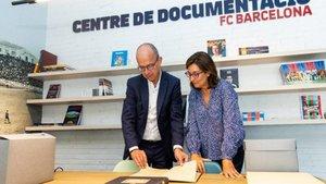 Jordi Cardoner y Teresa Basilio en las nuevas instalaciones del Centro de Documentación y Estudios del FC Barcelona