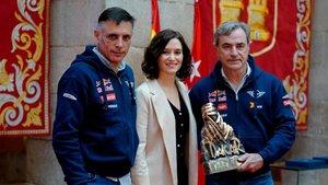 Lucas Cruz y Carlos Sainz, con la presidenta madrileña Díaz Ayuso