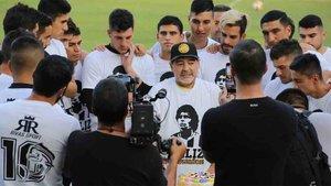 Maradona no podrá sentarse en el banquillo