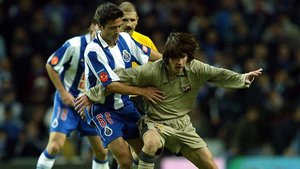 A Messi tuvieron que frenarlo así en su primer partido con el FC Barcelona, un amistoso en Oporto, hoy hace 16 años
