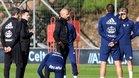 Miguel Cardoso da instrucciones a sus jugadores en un entrenamiento.