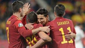 Morata, Sarabia y Jesús Navas felicitan a Santi Cazorla, que cuajó un partidazo en los minutos que estuvo sobre el césped