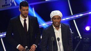 Ronaldinho, junto a Michael Ballack, en la última gala The Best de la FIFA