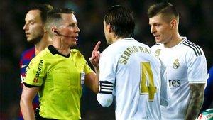 Sergio Ramos y Toni Kroos protestan una decisión al árbitro Hernández Hernández