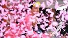Simon Yates celebra su liderato rodeado de confeti rosa