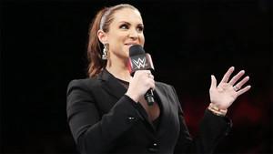 Stephanie McMahon en la celebración por el 25 aniversario de Monday Night Raw